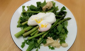 Poached eggs with asparagus and creamy avocado dip